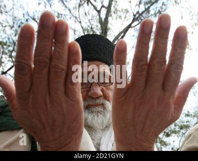 Ein Muslim führt das Eid al-Adha-Gebet in Rawalpindi am 9. Dezember 2008 durch. Pakistanische Muslime feiern Eid al-Adha, um das Ende des hadsch zu markieren, indem sie Schafe, Ziegen, Kamele und Kühe schlachten, um der Bereitschaft des Propheten Abraham zu gedenken, seinen Sohn Ismail auf Gottes Befehl zu opfern. REUTERS/Mian Khursheed (PAKISTAN)