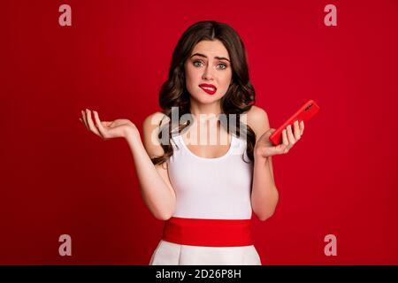 Nahaufnahme Porträt von ihr sie schön attraktiv schön verwirrt wellig-haired Mädchen mit Zelle erstellen smm isoliert auf hellen lebendigen Glanz Leuchtendes Rot