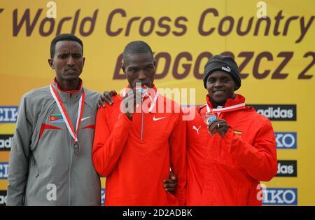 Gewinner Joseph Ebuya (C) von Kenia, Zweitplatzierter Teklemariam Medhin von Eritrea (L) und dritte platzierte Moses Kipsiro von Uganda präsentieren ihre Medaillen nach der senior Rennen der Männer an die IAAF Crosslauf-Weltmeisterschaften in Bydgoszcz 28. März, 2010.REUTERS/Peter Andrews (Polen - Tags: SPORT Leichtathletik) - Stockfoto
