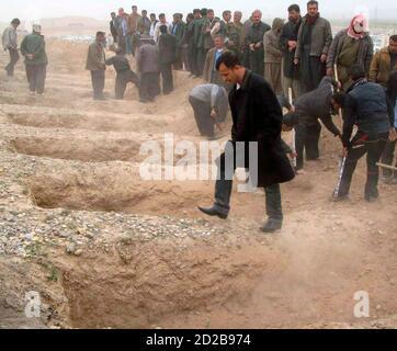 Trauernden begraben die Leichen der Opfer, die während einer Beerdigung nördlich von Jalawla, 115 km (70 Meilen) nordöstlich von Bagdad 24. März 2009 in einem Selbstmordanschlag getötet wurden. Ein Selbstmordattentäter selbst bei einer kurdischen Beerdigung in der flüchtigen und ethnisch gemischten Provinz Diyala im Nordirak am Montag, 25 Menschen getötet und verletzt wurden 45, sprengten teilte die Polizei mit.   REUTERS/Helmiy al-Azawi (Irak-Konflikt) Stockfoto