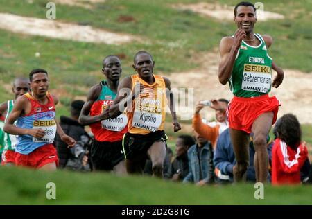 Der Äthiopier Gebre-egziabher Gebremariam führt bei den IAAF Cross-Weltmeisterschaften in Amman am 28. März 2009 andere Teilnehmer im Seniorenrennen der Männer an. Gebremariam hat gewonnen. REUTERS/Muhammad Hamed (JORDAN SPORT ATHLETICS) - Stockfoto