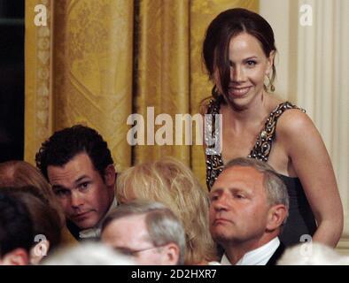 Barbara Bush (R), Tochter von US-Präsident George W. Bush, findet ihren Platz neben ihrem Freund Jay Blount (L) während Segment Entertainment von einem Staat Dinner von Präsident Bush zu Ehren der britischen Königin Elizabeth II im Weißen Haus in Washington, 7. Mai 2007. Es ist die Königin erster Besuch in den Vereinigten Staaten in 16 Jahren.       REUTERS/Jason Reed (Vereinigte Staaten) Stockfoto