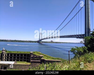 Verrazano Brücke verbindet Brooklyn mit Staten Island auf einem schönen Sonniger Tag - Stockfoto