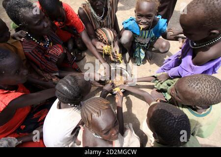 Binnenvertriebene fressen sudanesischen Baumblätter während des Besuchs des UNO-Untergeneralsekretär für humanitäre Angelegenheiten John Holmes in der Akobo Stadt im Süd-Sudan Jonglei Zustand 8. Mai 2009. Stammes-Gewalt im Südsudan, die Hunderte von Menschen, in den letzten Wochen getötet hat ist besorgniserregend und die Region nicht leisten können, einen weiteren Krieg, sagte Holmes am Freitag. Angriffe, die aus Streitigkeiten über Rinder haben in den letzten Monaten im Südsudan zwischen zwei rivalisierenden ethnischen Gruppen in einem Gebiet eskaliert, wo Vieh sind vom südlichen Hirten geschätzt und stehen für Reichtum, Status und Stabilität in angespannten Zeiten. REUTER