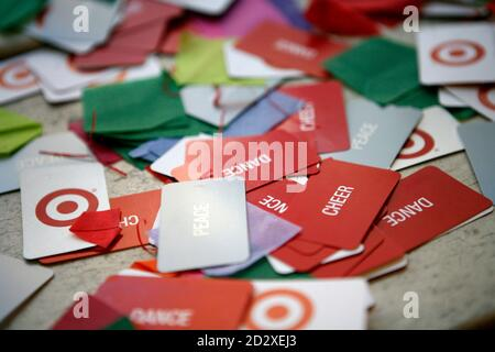 Konfetti, die für Silvester Silvesterfeiern am Times Square verwendet werden ist 29. Dezember 2006 in New York gesehen. REUTERS/Eric Thayer (Vereinigte Staaten) - Stockfoto
