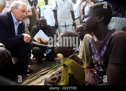 UN-Untergeneralsekretär für humanitäre Angelegenheiten John Holmes (L) plaudert mit Binnenvertriebene sudanesischen Frauen und Kinder in Akobo Lager in Süd-Sudan Jonglei Zustand 8. Mai 2009. Stammes-Gewalt im Südsudan, die Hunderte von Menschen, in den letzten Wochen getötet hat ist besorgniserregend und die Region nicht leisten können, einen weiteren Krieg, sagte Holmes am Freitag. Angriffe, die aus Streitigkeiten über Rinder haben in den letzten Monaten im Südsudan zwischen zwei rivalisierenden ethnischen Gruppen in einem Gebiet eskaliert, wo Vieh sind vom südlichen Hirten geschätzt und stehen für Reichtum, Status und Stabilität in angespannten Zeiten.  REUTER