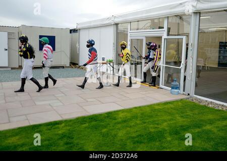 Ein allgemeiner Blick als Jockeys den Wiegeraum auf der Rennbahn Ludlow verlassen.