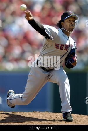 New York Mets Krug Pedro Martinez liefert einen Stellplatz an Cincinnati Reds batter Ken Griffey Jr. im ersten Inning des Spiels in den Eröffnungstag Spiel im Great American Ball Park in Cincinnati, 4. April 2005. REUTERS/John Sommers II JPSII - Stockfoto