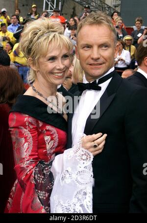 """Musiker Sting, nominiert für den besten Song für """"Bis"""" aus dem Film """"Kate & Leopold,"""" kommt mit seiner Frau Trudie Styler bei den 74. annual Academy Awards 24. März 2002 in Hollywood."""