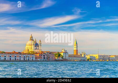 Venedig Stadtbild mit San Marco Becken von venezianischen Lagune Wasser, Santa Maria della Salute Kirche, Campanile Glockenturm und Dogenpalast Palazzo Ducale Gebäude, Region Venetien, Italien