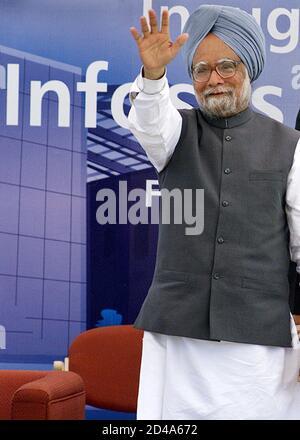 Der indische Premierminister Manmohan Singh winkt zu der Versammlung bei der Einweihung des Infosys Global Education Center (GEC), in Mysore, 148 km (92 Meilen) von der südindischen Stadt Bangalore entfernt, am 12. Februar 2005. Singh, der den 119 Millionen Dollar teuren Ausbildungscampus einweihte, sagte, dass es für Indien wichtig sei, die Infrastrukturknappheit zu lindern, um das boomende Wachstum aufrecht zu erhalten. REUTERS/JAGADEESH NV PP/FA