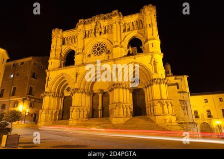 Kathedrale Santa Maria la Mayor bei Nacht in Cuenca, Spanien. - Stockfoto