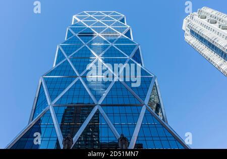 Symmetrische axiale Ansicht von 8th Avenue gegen klaren blauen Himmel, mit Schwerpunkt auf externen Diagrid. Hearst Tower, New York City, Usa. Archit