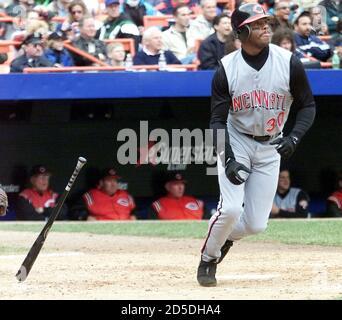Cincinnati Reds Schlagmann Ken Griffey, Jr. sieht sein Haus vor New York Mets Pitcher Glendon Rusch im vierten Inning laufen, April 27, in New York Shea Stadium. RFS/RCS - Stockfoto