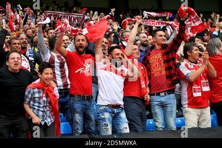Die Türkei-Fans feiern von der Tribüne aus das erste Tor ihrer Seite.
