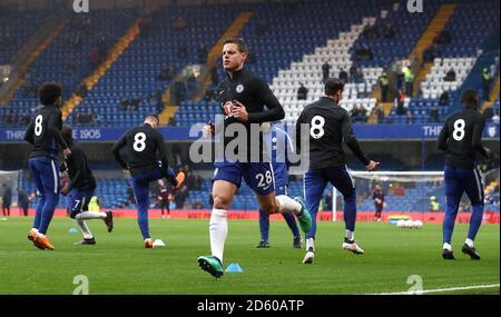"""Chelseas Cesar Azpilicueta (Mitte) und seine Teamkollegen tragen das Hemd Die Nummer """"8"""" auf den Trainingsshirts vor dem Match, um an zu erinnern Der verstorbene Ray Wilkins"""