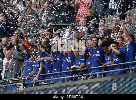 Chelsea Cesar Azpilicueta (Mitte) hebt die FA Cup Trophäe mit Seine Teamkollegen