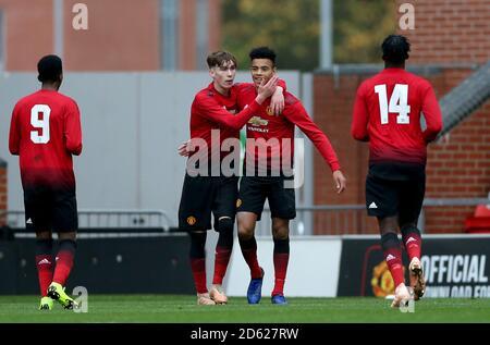 Manchester United's Mason Greenwood (Mitte rechts) Feiert Scoring seiner Seite das zweite Tor des Spiels mit Teamkollege James Garner von Manchester United (Mitte links)