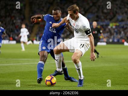 Leicester City's Wes Morgan (links) und Burnley's Chris Wood Battle Für den Ball