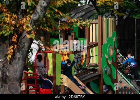 Seoul, Südkorea. Oktober 2020. Kinder spielen im Olympiapark in Seoul, Südkorea, 15. Oktober 2020. Südkorea hat am Sonntag beschlossen, seine drei-Stufen-Leitlinien zur sozialen Distanzierung auf das niedrigste Niveau zu senken, da die täglichen COVID-19-Fälle in den letzten Tagen relativ niedrig blieben. Viele Bewohner kommen in den Parks für Outdoor-Aktivitäten in der Herbstsaison. Quelle: Wang Jingqiang/Xinhua/Alamy Live News Stockfoto