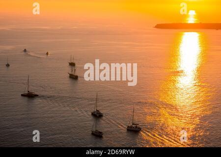 Roter Sonnenuntergang über dem Meer. Viele Segelyachten und Katamarane mit Touristen. Stockfoto