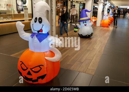 Die Turnstyle-Lebensmittelhalle und das Einkaufszentrum in einem ehemaligen stillgelegt U-Bahn-Korridor in New Yorks Columbus Circle Station wieder eröffnet, nachdem sie für 6 Monate wegen der Pandemie geschlossen, am Mittwoch, 14. Oktober 2020. Die 30,000 Quadratfuß große Fläche hat 39 Geschäfte und Kioske, sowohl Einzelhandels- als auch Lebensmittelhändler, mit den meisten lokalen Mom- und Pop-Unternehmen. (© Richard B. Levine) - Stockfoto