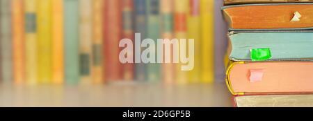 Stapel Bücher auf Bücherregal. Lesen, Literatur, Bildung, Bibliothekskonzept, Panorama großer Kopierraum Stockfoto
