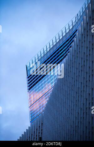 Detail aus dichroischem Glas auf der Krone des Gebäudes, nach Westen von der Fenchurch Street. 10 Fenchurch Avenue, London, Großbritannien. Architekt: Eri