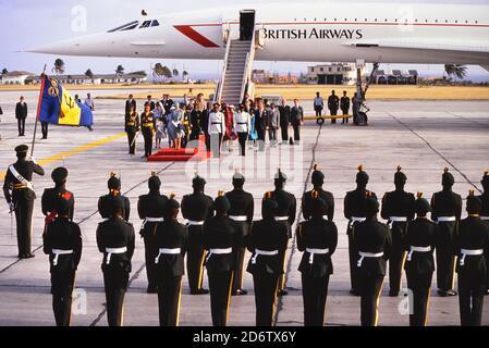 Die britische Königin Elizabeth II. Stand während einer Begrüßungszeremonie auf dem roten Teppich, nachdem sie zu Beginn ihres viertägigen Aufenthalts auf der Karibikinsel Barbados auf dem internationalen Flughafen Grantley Adams mit einem Flug von B.A. Concorde landete. März 1989.