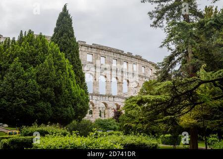 Blick von außen auf die Überreste des ikonischen antiken römischen Amphitheaters in Pula, Istrien, Kroatien, eine führende lokale Touristenattraktion