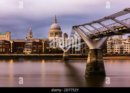 Abenddämmerung über der Themse an der Millennium Bridge, London, Großbritannien