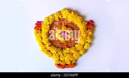 Blume Rangoli für Diwali oder pongal oder onam aus Ringelblumen oder Zendu Blumen und Blätter mit indischen traditionellen Muster über auf weißem Hintergrund, - Stockfoto