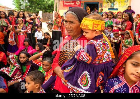 Ratnal,24,August ,2019,: Nahaufnahme der lokalen Frau mit Enkelkind Teilnahme an traditionellen bunten Kostümen am Janmashtami Festival Tag,
