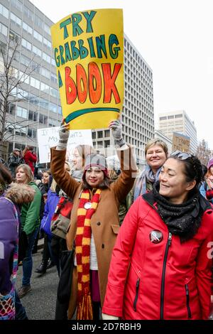Eine Protesterin mit einem Plakat, das ihre Meinung während der Demonstration zum Ausdruck brachte.Tausende Frauen und ihre Verbündeten marschierten zur Unterstützung des Marsches der Frauen in Washington.