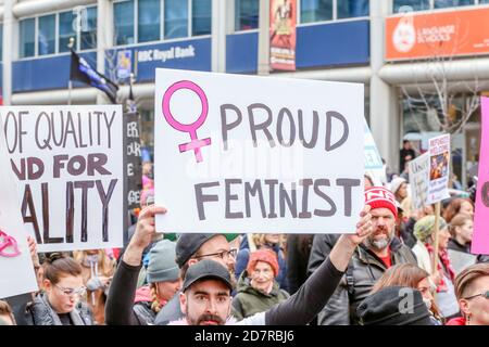 Ein Protestler mit einem Plakat, das seine Meinung während der Demonstration zum Ausdruck brachte.Tausende Frauen und ihre Verbündeten marschierten zur Unterstützung des Marsches der Frauen in Washington.