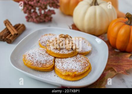 Gesundes herbstliches Frühstück - süße hausgemachte Kürbis-Pfannkuchen