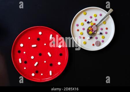 Zwei Platten mit bunten Pillen, Konzept der richtigen Verwendung von Medikamenten, verschiedene Medikamente, Tabletten, Medikamente, Kapseln für die Gesundheit. Abstrakt Medizin - Stockfoto