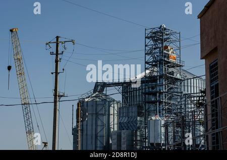 Bauablauf eines modernen Getreideterminals im Seehafen. Zylindrische Metallsilos für die Aufnahme und Lagerung von Körnerfracht. Getreideexport.
