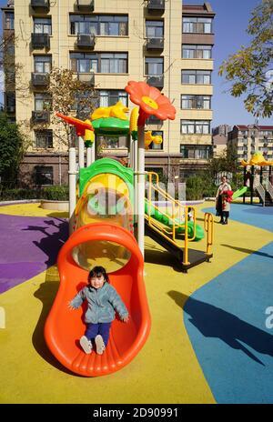 XI'an, Chinas Provinz Shaanxi. November 2020. Kinder spielen auf einem renovierten Platz in einer Gemeinde im Yanta Bezirk Xi'an, nordwestlich von Shaanxi Provinz, 2. November 2020. Ein Renovierungsprojekt für eine alte Wohngemeinschaft wurde vor kurzem nach fast einem Jahr Bauzeit im Yanta Distrikt Xi'an zur Verbesserung der lokalen Lebensumwelt abgeschlossen. Quelle: Shao Rui/Xinhua/Alamy Live News