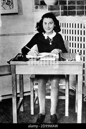 Die junge deutsch-jüdische Schriftstellerin ANNE FRANK ( Frankfort auf Meine 1929 - Bergen Belsen Lager Camp 1945 ) , Autor des ' Tagebuch ' pubblished in 1946 in über der Welt - ANNA FRANK - Portrait - ritratto - scrittrice - scrittore - Diario - diarist - diarista - memorialist - memorialista - LETTERATURA - LITERATUR - a scuola - in der Schule - schreiber - Schreibtisch - Persönlichkeit Jung - personalità da bambini - da giovani - WWII - seconda guerra mondiale - ebraismo - ebreo - olocausto - Holocaust - campo di concentramento - di sterminio - nazimo - nazi - nazistisch ---- Archivio GBB