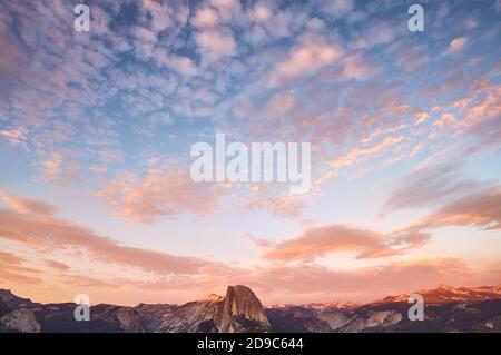 Szenischer Sonnenuntergang über Half Dome, Yosemite National Park, USA.