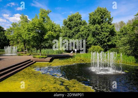 Mülheim an der Ruhr, Ruhrgebiet, Nordrhein-Westfalen, Deutschland, See mit Brunnen im Muga Park, Mülheims Garten an der Ruhr.