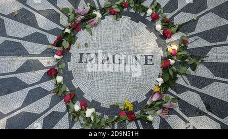 Das John Lennon Memorial im Central Park, NY, USA, ist Teil der Strawberry Fields, die vom Landschaftsarchitekten Bruce Kelly entworfen wurden und dem Gedenken an John Lennon gewidmet ist, der am 8. Dezember 1980 von Mark David Chapman vor dem Dakota Building ermordet wurde Stockfoto