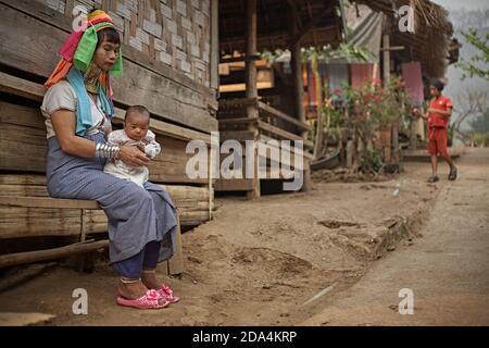 Mae Hong Son, Thailand, März 2012. Eine ethnische Karen-Frau mit ihrer Tochter vor der Tür ihres Hauses. Diese Menschen sind als langhalsige Frauen becau bekannt