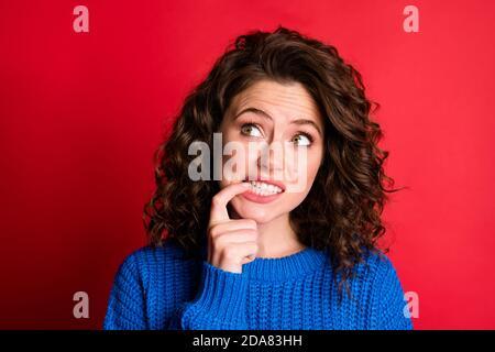 Nahaufnahme Porträt von ihr sie schön attraktiv ziemlich besorgt verwirrt Mädchen tragen warme blaue Kleidung überdenken Schaffung Lösung kopieren Raum Isoliert
