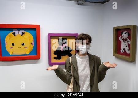 NEW YORK, NY - 11. NOVEMBER 2020: Die Künstlerin Stefany Lazar besucht ihre Ausstellung 'Stuffed Animals and Princess Peach' in der Love Gallery in New York City. Stockfoto