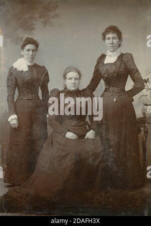 Antike c1880 Fotografie, drei viktorianische Frauen, vielleicht Mutter und Töchter, in Trauer. QUELLE: ORIGINALSCHRANKKARTE Stockfoto