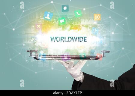 Bedienung des Social Networking-Konzepts durch Kellner mit WELTWEITER Aufschrift