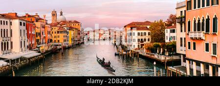 Romantische Stadt Venedig bei Sonnenuntergang. Blick von der Brücke Skalzi zum Grand Canal. Italien Reisen und Sehenswürdigkeiten