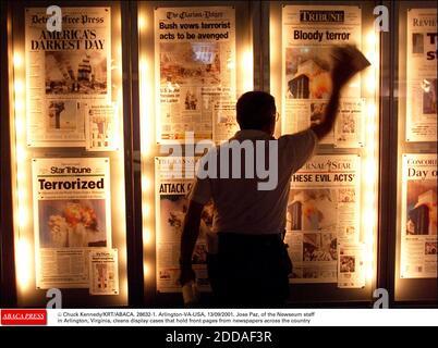 KEIN FILM, KEIN VIDEO, KEIN TV, KEIN DOKUMENTARFILM - © CHUCK KENNEDY/KRT/ABACA. 28632-1. Arlington-VA-USA, 13/09/2001. Jose Paz vom Newseum-Personal in Arlington, Virginia, reinigt Vitrinen, die Titelseiten von Zeitungen im ganzen Land enthalten